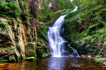 Waterval in de bergen. Beroemde Kamienczyk waterval in de Karkonosze Nationaal Park in Sudeten, Polen Stockfoto