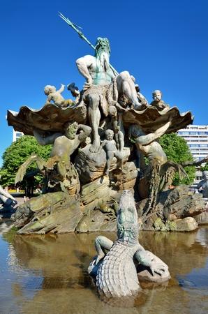 neptuno: Fuente de Neptuno en Berl�n Alemania. Parte de la fuente de la presentaci�n de una escultura del dios Neptuno en el centro y el cocodrilo en el agua.