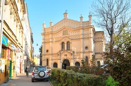 socializando: Cracovia Polonia 21 de octubre 2012: Tempel Sinagoga en Cracovia. Templo judío se encuentra en el antiguo barrio judío de Kazimierz. Hoy en día el de Cracovia Kazimierz se ha convertido en la nueva socialización y el centro artístico de la ciudad.