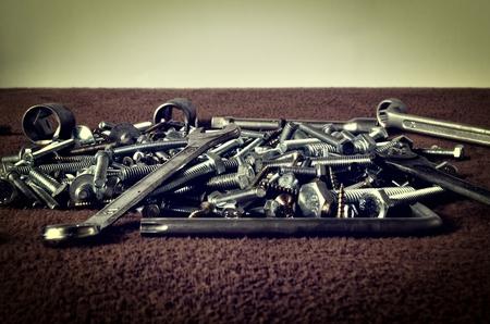 tuercas y tornillos: Grupo de los tornillos y llaves. Tuercas Tornillos pernos llaves anillo y llaves llaves de vaso en una pila en el fondo oscuro. Foto de archivo