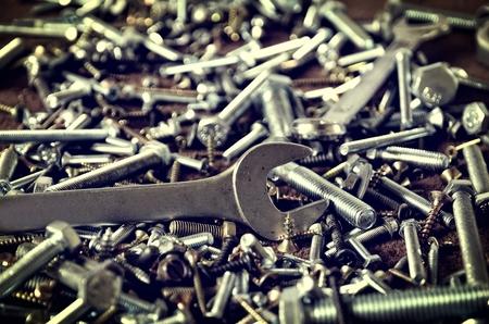 tuercas y tornillos: Grupo de los tornillos y llaves. Tornillos y llaves de pernos Nueces en una profundidad pila de campo. Foto de archivo