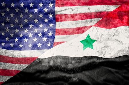 bandiera stati uniti: Stati Uniti d'America e la Siria bandiera misto. Stati Uniti d'America e la Siria bandiera sovrapposto con texture grunge. Archivio Fotografico