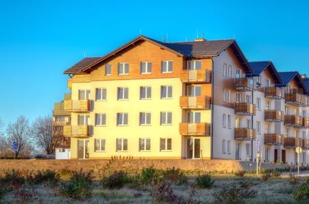 rendite: Nuovi complessi residenziali. Vista pubblico di blocco di nuova costruzione di appartamenti in zona verde.