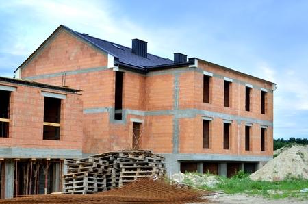 Edificio en construcción. Construcción de una nueva casa de ladrillos. Foto de archivo - 81364162