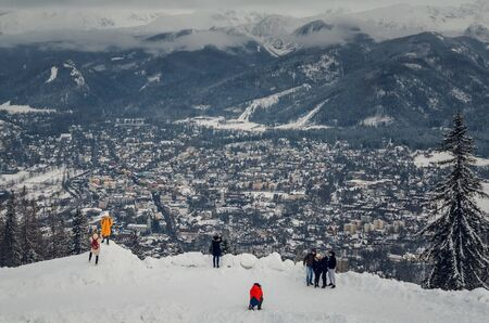 ZAKOPANE, POLAND - DECEMBER 30, 2018: Tourists at the top of the popular Gubalowka peak in Zakopane, Poland. 新聞圖片
