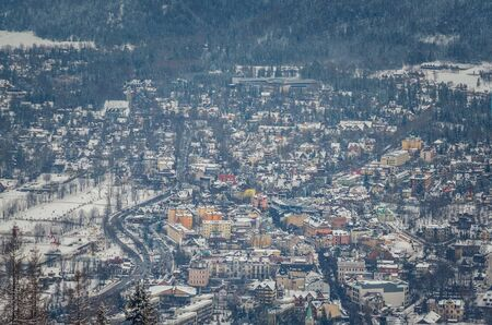 ZAKOPANE, POLAND - DECEMBER 30, 2018: View of the tourist town of Zakopane from the Gubalowka peak. 新聞圖片