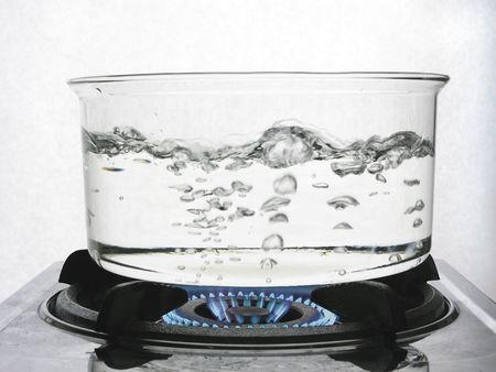 El agua hirviendo en una olla más clara de gas  Foto de archivo - 2456212