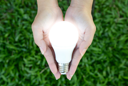 LED-Lampe - Beleuchtung in der Hand