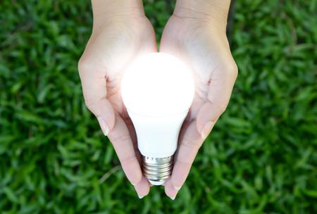 LED-Lampe - Beleuchtung in der Hand Standard-Bild - 44783749