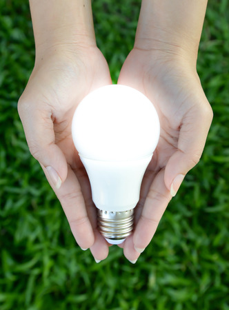 LED-Lampe - Beleuchtung in der Hand Standard-Bild - 44853435