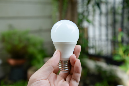 LED-Birne - Neue Technologie der Energie Standard-Bild - 47167578