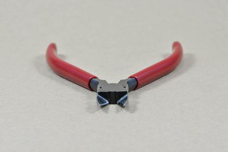 alicates: Pinzas de pl�stico, alicates rojos Foto de archivo