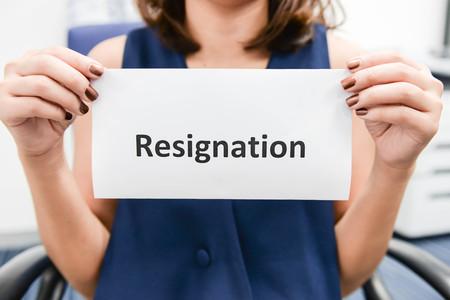 Geschäftsfrau, legte den Brief der Resignation Standard-Bild - 58514936