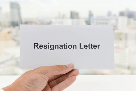 Menschliche Hand hält die Rücktrittsschreiben Standard-Bild - 58518572