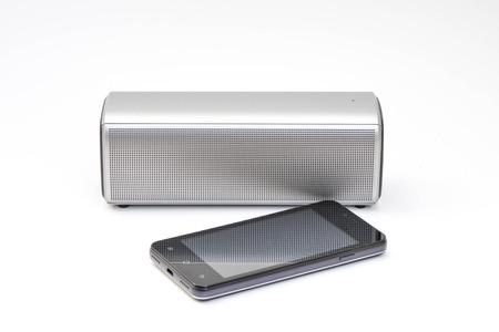 Wireless-Lautsprecher an das Mobiltelefon angeschlossen - drahtlose mobile Technologie Lizenzfreie Bilder