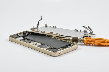 Gebrochene Handy und Reparatur-Tool auf weißem Bildschirm