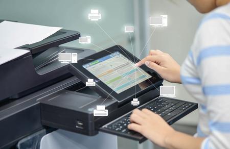 Geschäftsfrau benutzt den Drucker, um Dokument zum Netzwerkordner mit Ikone des Druckers und des Computers zu scannen Standard-Bild - 70258176