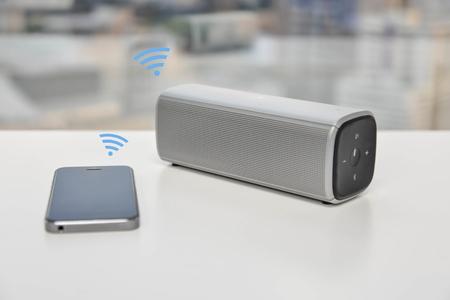 Altoparlante Bluetooth collegato con il cellulare Archivio Fotografico