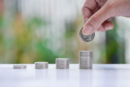 Frau Hand setzen Münze an wachsende Münzen Stacks - Konzept der Geld sparen