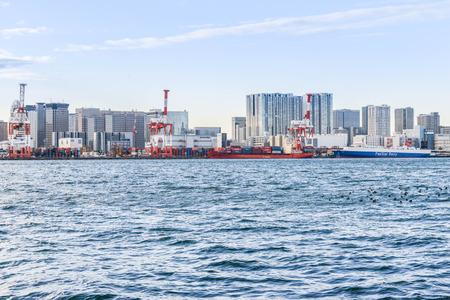Dez 2017 in Japan - Das Frachtschiff ist im Hafen von Odaiba angedockt