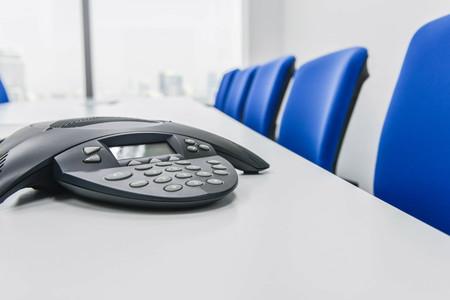 IP-Konferenzgerät auf dem Tisch im Besprechungsraum Lizenzfreie Bilder
