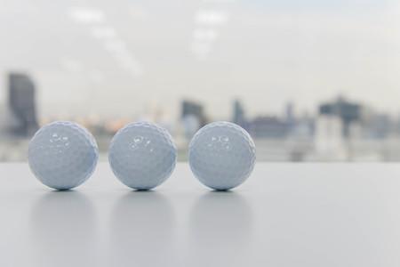 Golfbälle auf dem weißen Tisch Lizenzfreie Bilder
