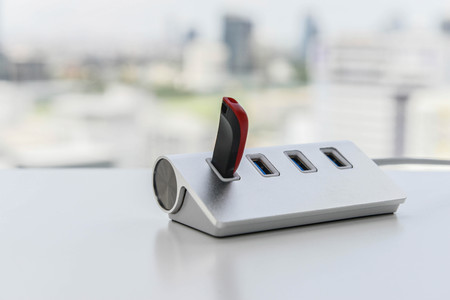 USB-Laufwerk verbindet sich mit dem USB-Hub Standard-Bild - 80651206