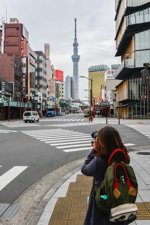 ec 2016 in Tokyo Japan - Weibliche Touristen nehmen das Foto zu Tokyo Sky Tree