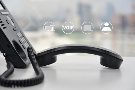IP-Telefon mit Symbol - Cencept für Telefon verbunden mit Multi-Gerät Standard-Bild - 80650246