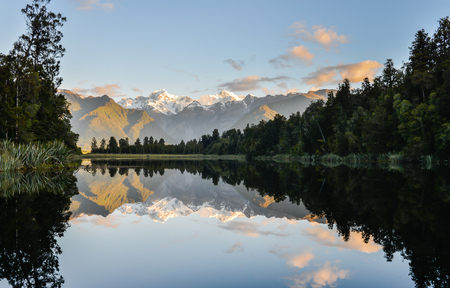 Imagen perfecta de las reflexiones del lago matheson en el sur de Nueva Zelanda Foto de archivo