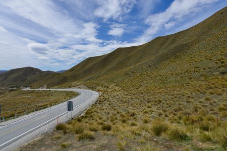 High way thru the Lindis pass in New Zealand Standard-Bild - 106658944