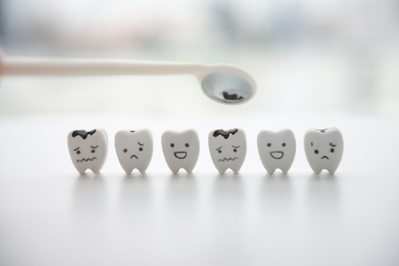 Decayed tooth model and good teeth for mirror dentist tool for dental health care concept Standard-Bild - 106658998