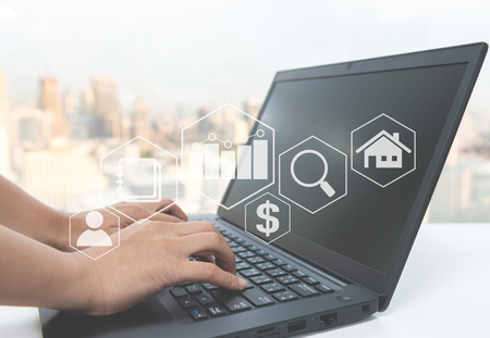 Hand typing the laptop with business value diagram icon for online business concept Standard-Bild - 118981071
