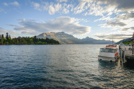 Landscape of boat dock on a lake with beautiful mountain as the background at Queenstown in New Zealand Standard-Bild - 118981978