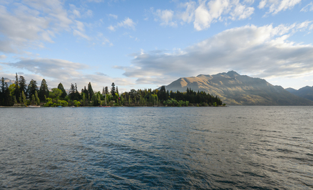 Landscape of lake with beautiful mountain as the background at Queenstown in New Zealand Standard-Bild - 118981989