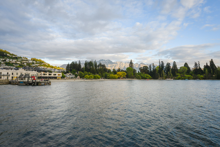Landscape of lake with beautiful mountain as the background at Queenstown in New Zealand Standard-Bild - 118982023
