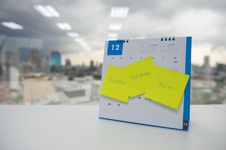 Vacaciones, vacaciones y dejar en papel nota adhesiva en el calendario de diciembre para el concepto de vacaciones de fin de año