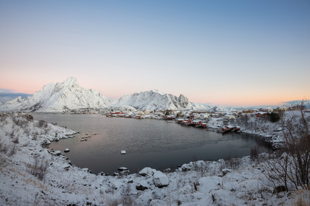 Landscape of dishing house village among the snow with mountain view in Lofoten island Reine Norway Banco de Imagens - 121552504