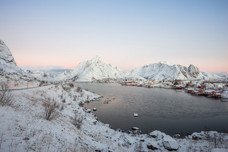 Landscape of dishing house village among the snow with mountain view in Lofoten island Reine Norway Banco de Imagens - 121552556