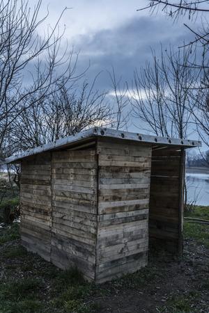 bosna: Foto fatta durante una passeggiata lungo il fiume Bosna, nel nord della Bosnia-Erzegovina. Rifugi sono progettati come un rifugio per i pescatori durante la pesca e questi sono gli oggetti fatti a mano.