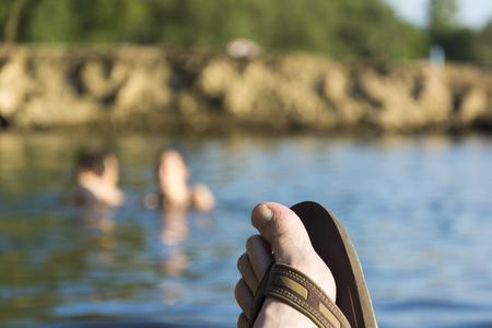 insolación: Dedo del pie en la playa.