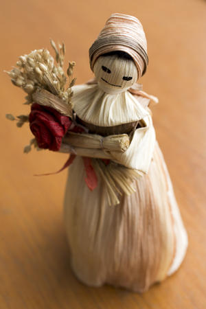 diligente: Hand made doll with flower from the dried leaves and parts of cereals.