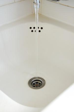 lavandino con acqua aperta