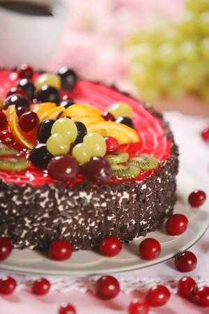 tortas de cumpleaños: pastel con frutas frescas  Foto de archivo