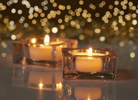 kerzen: zwei brennende Kerzen