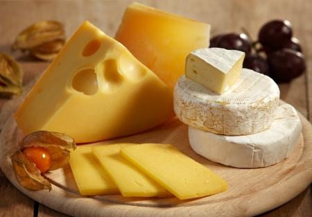 tabla de queso: varios tipos de queso Foto de archivo