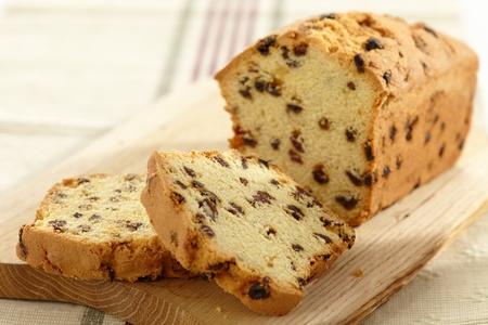 rebanada de pastel: torta con pasas de uva
