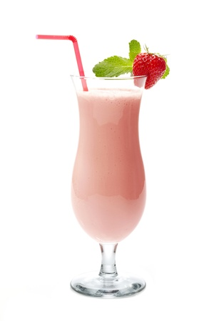 Strawberry smoothie: frappé alla fragola nel bicchiere da cocktail Archivio Fotografico