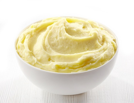 PURE: puré de papas en un plato blanco