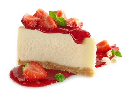 trozo de pastel: cheesecake de fresa y bayas frescas sobre fondo blanco